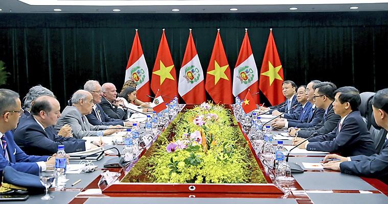 PPK y Putin se saludaron de forma peculiar en Vietnam