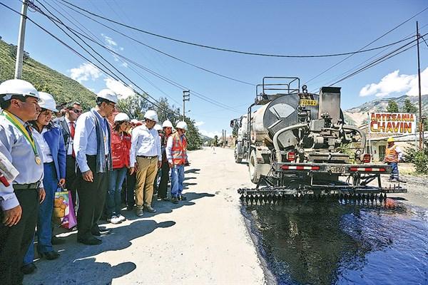 Vía para impulsar el progreso. Presidente Martín Vizcarra supervisó los trabajos de rehabilitación de la carretera Huaraz-Caraz.