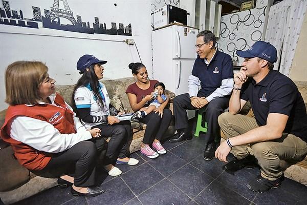 Cerro El Pino. Presidente Vizcarra visita a una familia a la que se brindó información sobre las alternativas para combatir la anemia.