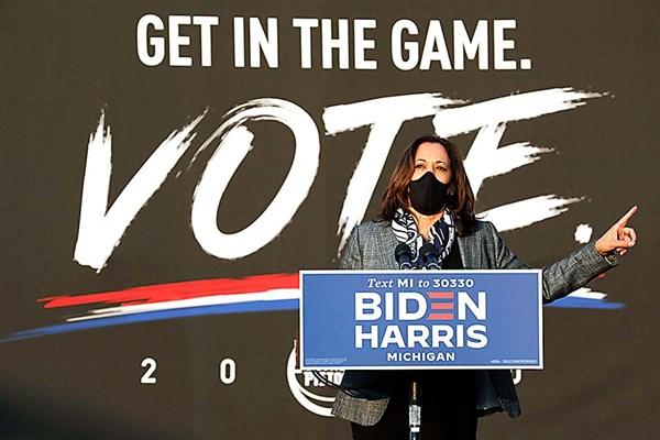 Harris suspende viaje tras contagio por COVID-19 de miembro de campaña